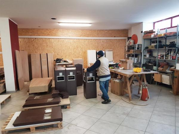 Alcune fasi della produzione di mobili in legno   Bonvicini