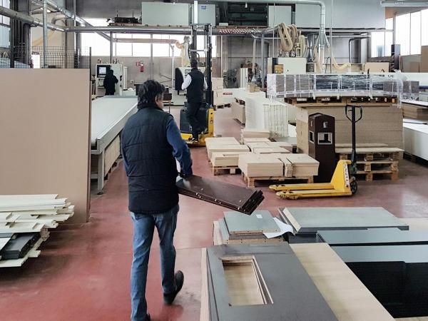 Alcune fasi della produzione di mobili in legno | Bonvicini
